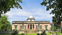 Die historische Universitätssternwarte in Göttingen  Die Universitätssternwarte Göttingen ist eine historische Forschungseinrichtung und nach den Gründungen von Wien und Graz die dritte Universitätssternwarte des deutschen Sprachraums. Sie befindet sich in der Göttinger  Geismarlandstraße und ist dem Fachbereich Physik der Universität Göttingen  angegliedert.