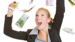 Glückliche junge Geschäftsfrau fängt viele Euro-Geldscheine