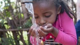 Dano, Oborsa -Kinder trinken Wasser