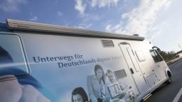 Das Informationsmobil fährt am 03/04/2017 auf der Autobahn von Neumünster nach Wittmund. Foto: Florian Schuh/BBBDie Bilder dürfen im Rahmen redaktioneller Berichterstattung unter Quellenangabe kostenfrei genutzt werden. Die Verwendung zu Werbezwecken und zur gewerblichen Nutzung ist untersagt.