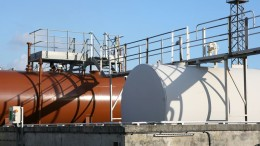Fuel oil storage tanks with overhead access platform