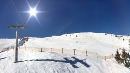 Winterlandschaft mit Skipiste und Skilift in den Alpen, Tirol sterreich