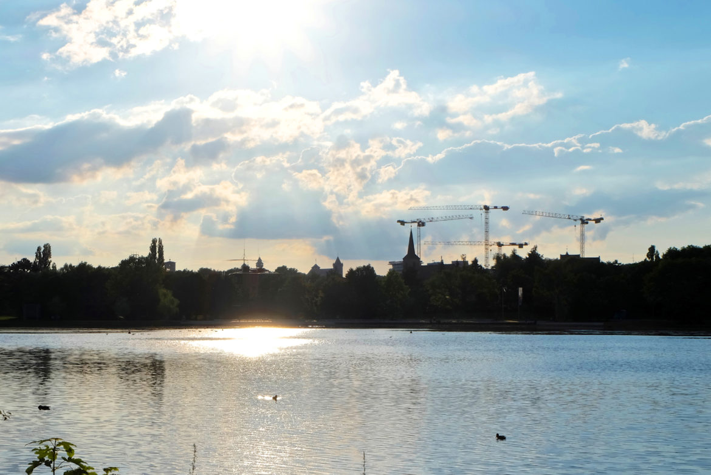 Blick auf die Stadt mit Kränen im Hintergrund