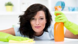 Moderne Frau putzt in Küche