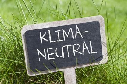 Tafel Schild Kreidetafel auf Wiese mit Klimaneutral