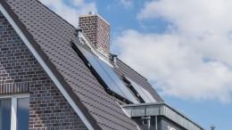 Solaranlage und Schornstein auf einem Dach