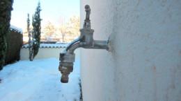 Wasserhahn an der Wand außenrum alles voller Schnee
