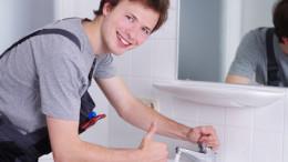 Sympathisch lachender Handwerker