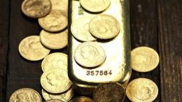 schweizer Goldvreneli mit Goldbarren auf rustikalem Holzhintergr