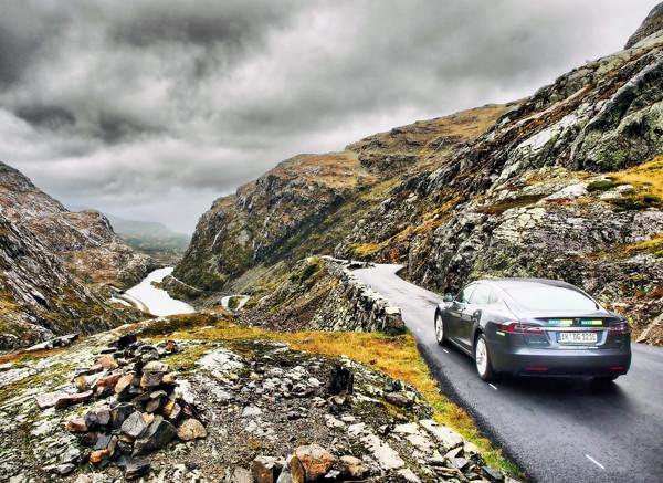 Tesla unterwegs auf norwegischem Rølldalfjell