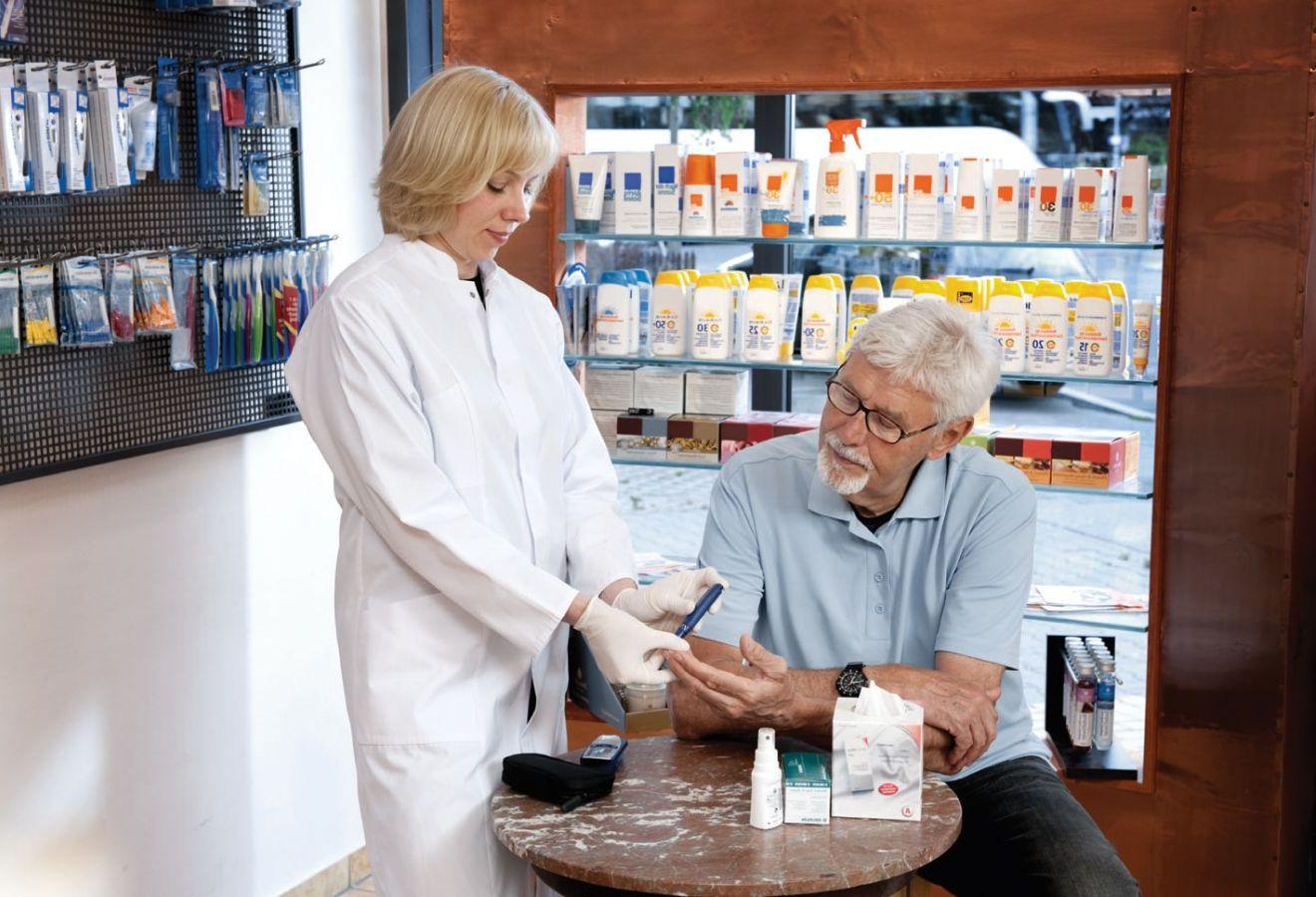 Übergewicht, Bluthochdruck, erhöhte Blutfett- und Cholesterinwerte, erhöhte Blutzuckerwerte sind in aller Munde. Auch hier leisten die deutschen Apothekerinnen und Apotheker täglich wichtige Präventionsarbeit. Die klassischen Gesundheitschecks wie Blutzucker- und Blutdruckmessung können Verbraucher gleich in der Apotheke machen lassen. Die Checks werden für eine Schutzgebühr angeboten - ohne Wartezeiten und Praxisgebühr.    Das hier angebotene Bildmaterial steht zur redaktionellen Verwendung im Rahmen der gesetzlichen Bestimmungen zur freien Verfügung. Bei Verwendung der Bilder ist ausdrücklich auf die ABDA als Quelle hinzuweisen.