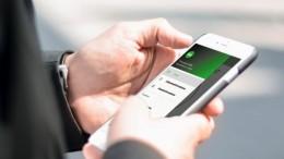 Uomo business utilizza smartphone