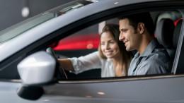 Zwei Personen in einem Auto für eine Probefahrt - D.A.S. Verbraucherinformationen