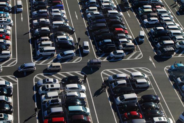 Oeffentlicher Parkplartz draussen mit vielen geparkten Autos