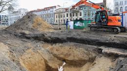 Eine 500 Pfund schwere amerikanische Sprengbombe aus dem Zweiten Weltkrieg wird am Mittwochvormittag in der Rostocker August-Bebel-Straße entschärft.
