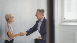 Chef und Angestellte besiegeln Vertrag per Handschlag