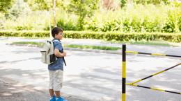 Ein Kind möchte einen Zebrastreifen überqueren