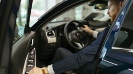 Mann steigt in sein neues Auto