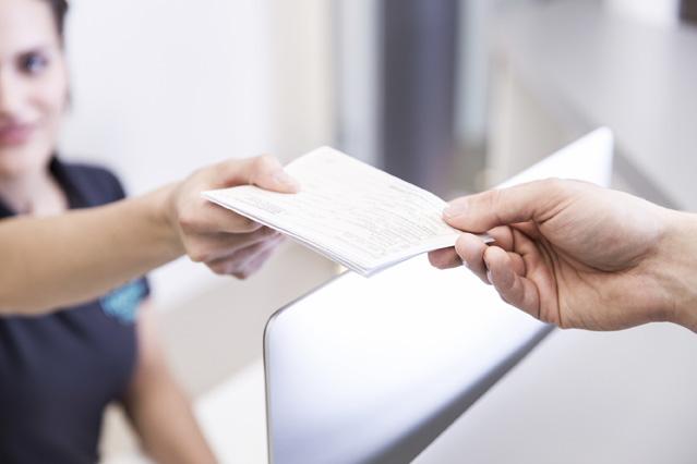 Patient erhaelt einen Ueberweisungsschein
