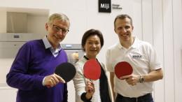 Tischtennis-Weltmeister und Bundestrainer Jörg Roßkopf (rechts) ist Markenbotschafter des Hasugeräteherstellers Miji. ZDF-Moderator Norbert König (links) und Can Yue Maeck, geschäftsführende Gesellschafterin der Miji GmbH, präsentierten die Partnerschaft auf der IFA 2019 in Berlin.