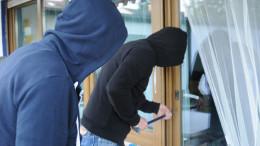 Zwei Einbrecher knacken Terrassentür