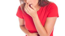 Junge Frau mit Magen - Darm Problemen