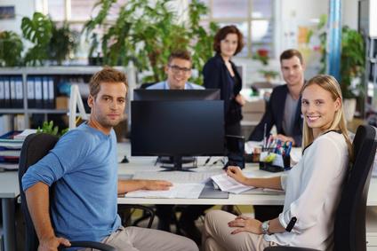 mitarbeiter in einem büro arbeiten zusammen im team