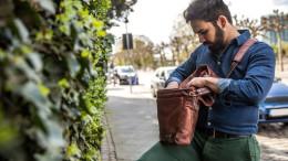Mann sucht etwas in Tasche