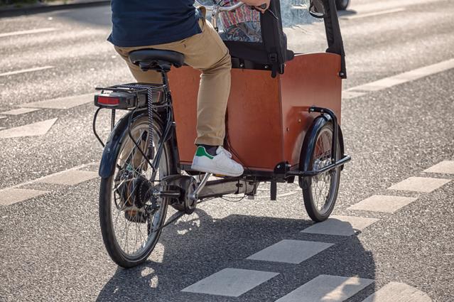 Cargobike faehrt auf dem Radweg