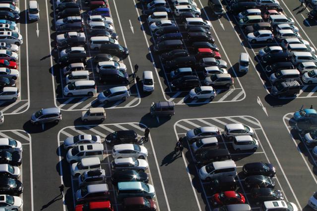 Öffentlicher Parkplartz draussen mit vielen geparkten Autos