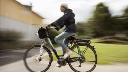 Frau faehrt E-Bike