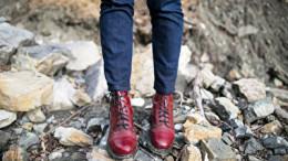 Rote Stiefel in den Felsen