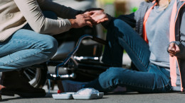 Mann verarztet Frau nach Fahrradunfall