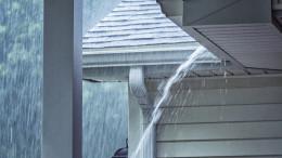 Starkregen fliesst die Regenrinne runter