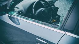 Das Fenster eines Autos ist eingeschlagen