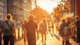 Personen in der Stadt bei Sonnenschein