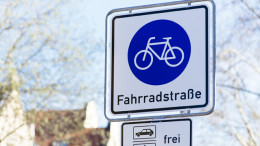 Eine Strasse ist durch ein Schild als Fahrradstrasse markiert
